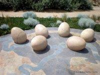Скульптурная композиция на берегу в